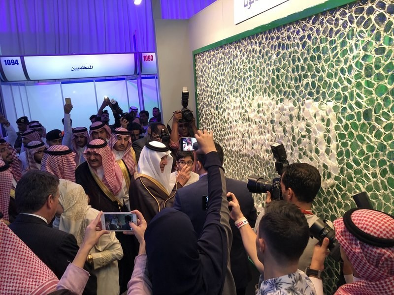 "David Datuna presenting ""Saudi Arabia - Viewpoint of Billions"" to Prince Khalid Al Faisal"
