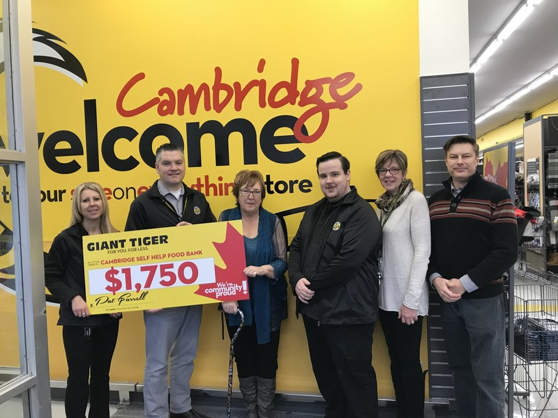 Le magasin Tigre Géant de Cambridge fait un don à la banque alimentaire Cambridge Self-Help Foodbank. (Groupe CNW/Giant Tiger Stores Limited)