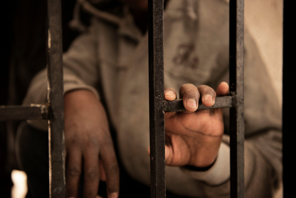 Fourteen-year-old Issaa, a migrant from Niger, rests his hand on a gate inside a detention centre, in Libya, Saturday 28 January 2017. © UNICEF/UN052682/Romenzi (CNW Group/UNICEF Canada)