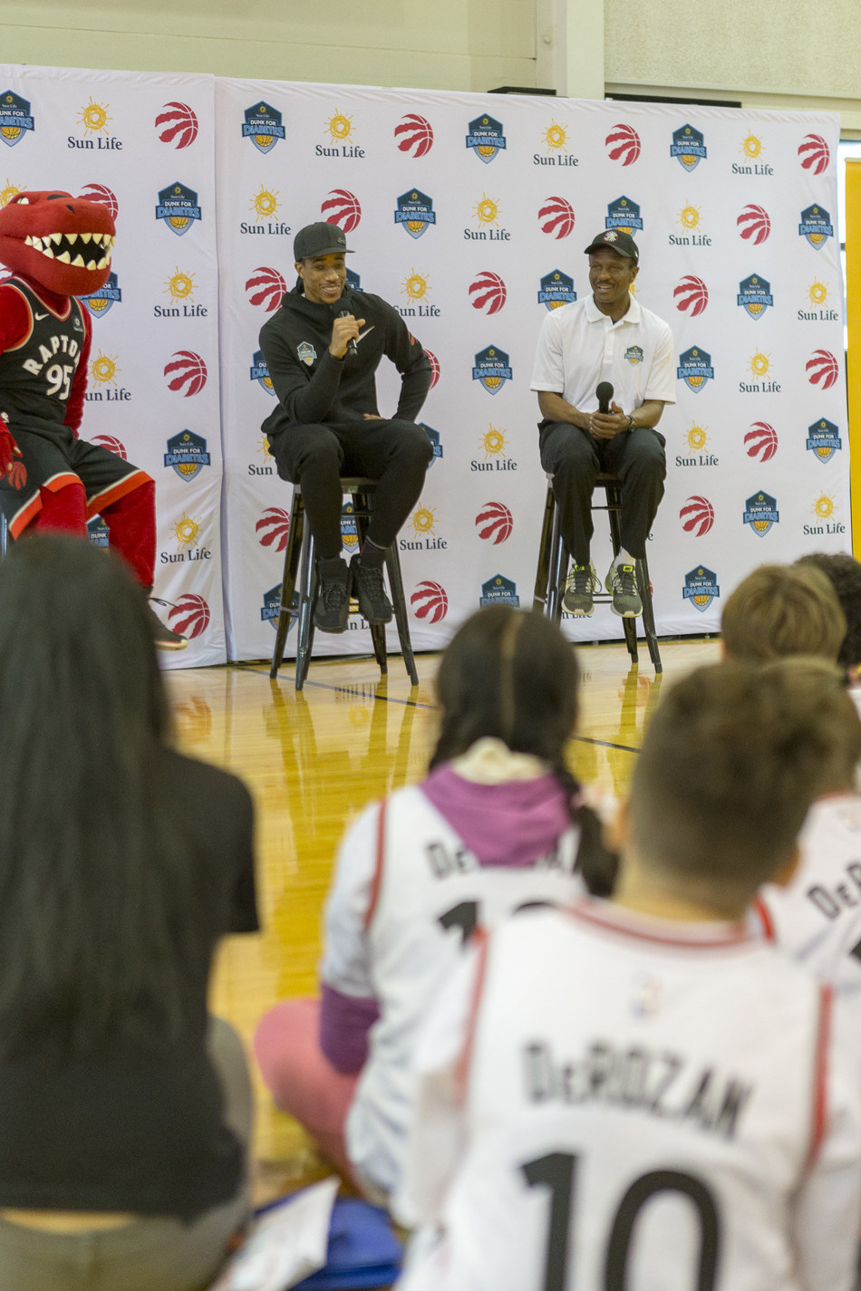 Sun Life Dunk for Diabetes ambassadors DeMar DeRozan of the Toronto Raptors, along with head coach Dwane Casey, helped celebrate the amazing work of the Boys and Girls Clubs of Canada's youth as they successfully completed the type 2 diabetes prevention program. (CNW Group/Sun Life Financial Inc.)