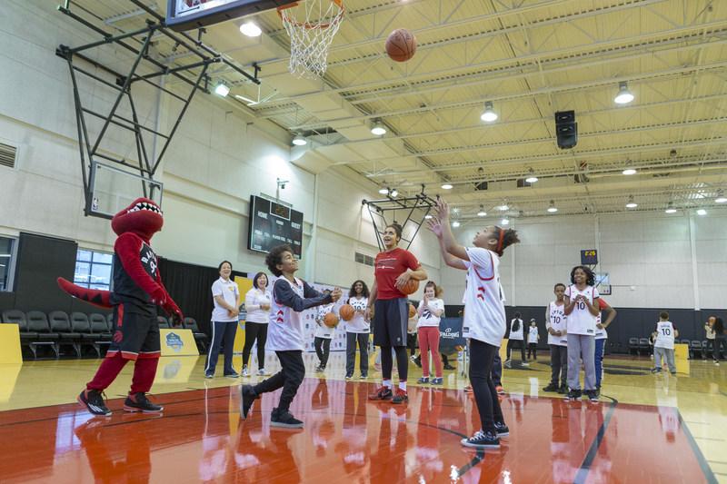 Samedi dernier, les 10 meilleurs jeunes provenant de chacun des 5 Repaires de Toronto étaient invités à célébrer leur réussite au Air Canada Centre. Ils ont pris part à diverses activités du programme Basket pour le diabète, notamment des ateliers sportifs. DeMar DeRozan et Dwane Casey ont fait une visite surprise pour encourager les jeunes. (Groupe CNW/Financière Sun Life inc.)