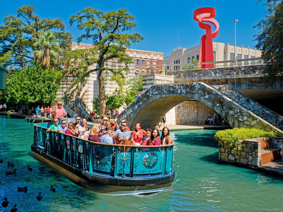 Nuevas barcazas fluviales debutaron recientemente en el San Antonio River Walk, con recorridos operados por Go Rio San Antonio River Cruises. (PRNewsfoto/Visit San Antonio)