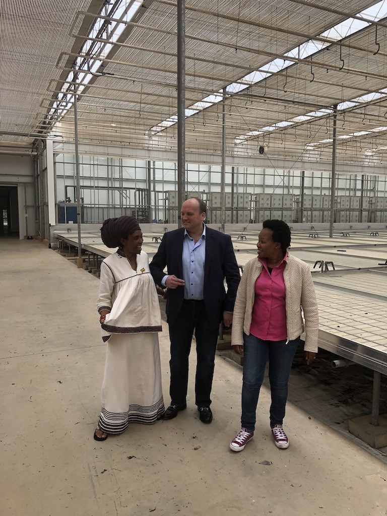 Figure 1: LGC Capital's CEO Mr John McMullen with Dr Thendeka Kunene from House of Hemp in the Dube TradePort AgriZone Block D Glasshouse. (CNW Group/LGC Capital Ltd)