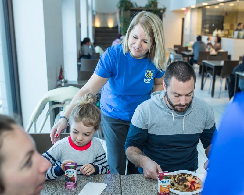 Hier, des employés de RBC à Montréal ont préparé bénévolement un petit déjeuner de crêpes pour les familles qui séjournent au Manoir Ronald McDonald de Montréal. Cette activité faisait partie d'une initiative des Fêtes à plus grande échelle organisée par le programme RBC Récompenses qui comprenait le don d'articles domestiques d'une valeur totale de plusieurs milliers de dollars aux Manoirs Ronald McDonald un peu partout au pays en soutien aux familles d'enfants gravement malades. (Groupe CNW/RBC Banque Royale)