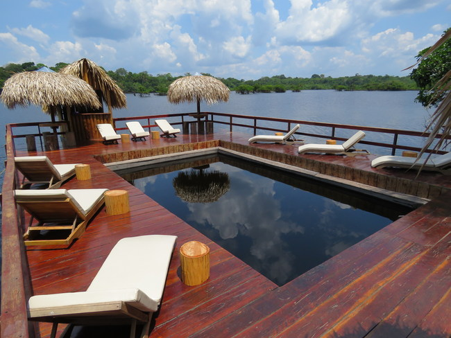 Juma pool floats within the waters of the Juma River surrounded by wooden decks (Photo Caio Fonseca)