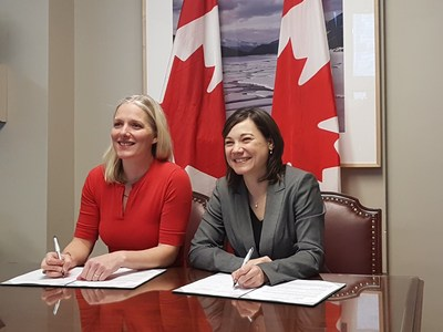 Catherine McKenna, ministre de l'Environnement et du Changement climatique du Canada, et Shannon Phillips, ministre de l'Environnement et des Parcs de l'Alberta et ministre responsable du Bureau du changement climatique, signent un protocole d'entente visant à renouveler l'engagement du Canada et de l'Alberta à l'égard d'une surveillance continue des effets environnementaux cumulatifs de l'exploitation des sables bitumineux. (Groupe CNW/Environnement et Changement climatique Canada)