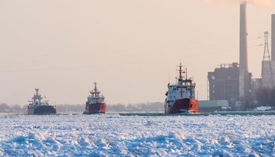 Les navires de la Garde côtière canadienne Samuel Risley et Griffon escortent un navire commercial à travers la glace épaisse sur la rivière St. Clair le 15 janvier 2015. Crédit photo: Richard Dompierre. (Groupe CNW/Pêches et Océans Canada - Région du Centre et Arctique)
