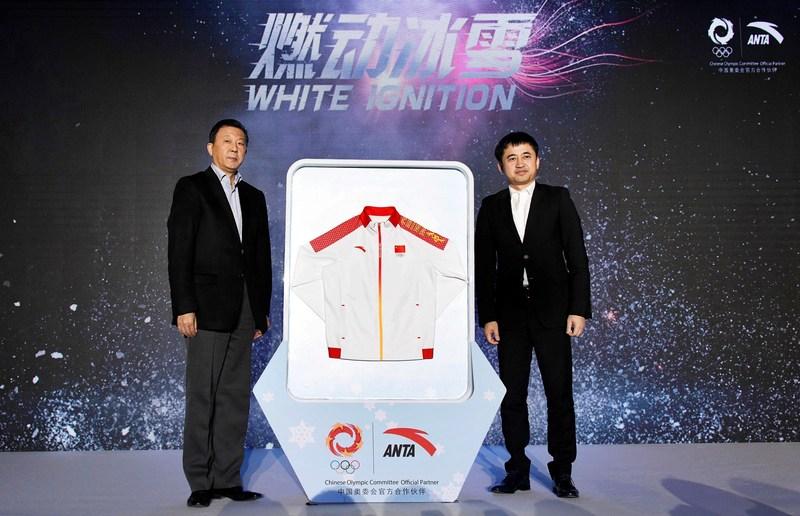 Li Yingchuan, vice-ministre de l'Administration générale des Sports de la Chine et vice-président du Comité olympique chinois, a reçu la « tenue du dragon champion » de PyeongChang 2018 pour la délégation sportive chinoise qui lui a été remise par Ding Shizhong, président du conseil dʹadministration et président-directeur général dʹANTA Sports (PRNewsfoto/ANTA Sports)