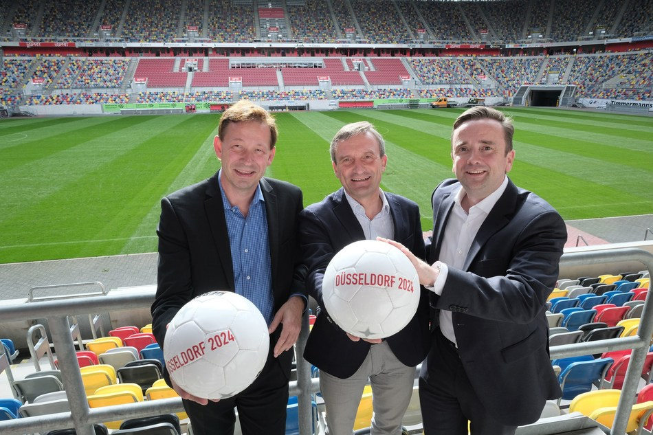 Pleasure at the nomination as a venue for the European Football Championship 2024 by the DFB (fr.l.): Düsseldorf's City Director Burkhard Hintzsche, Mayor Thomas Geisel and Martin Ammermann, Managing Director of Düsseldorf Congress Sport & Event © City of Düsseldorf/Michael Gstettenbauer (PRNewsfoto/City of Duesseldorf)