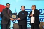 Dr. Sinha Receiving Award (PRNewsfoto/Paras Healthcare Pvt. Ltd (Paras)