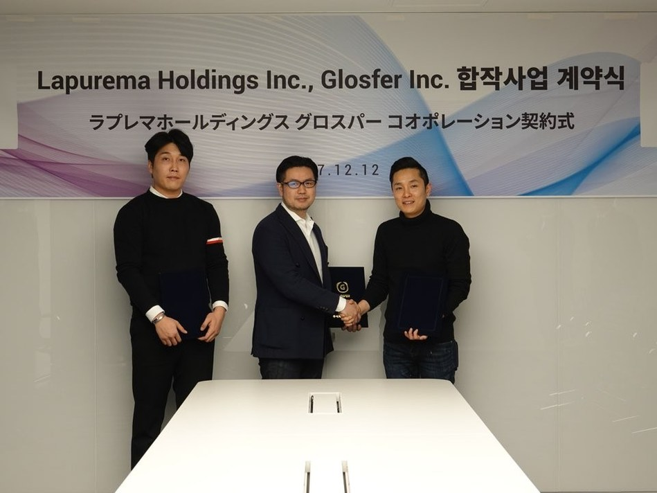 Taewon Kim, CEO & CTO of GLOSFER, and Masakaju utsunomiya, CEO of Lapurema Holding, singing the contract of joint-business for cryptocurrency exchange.