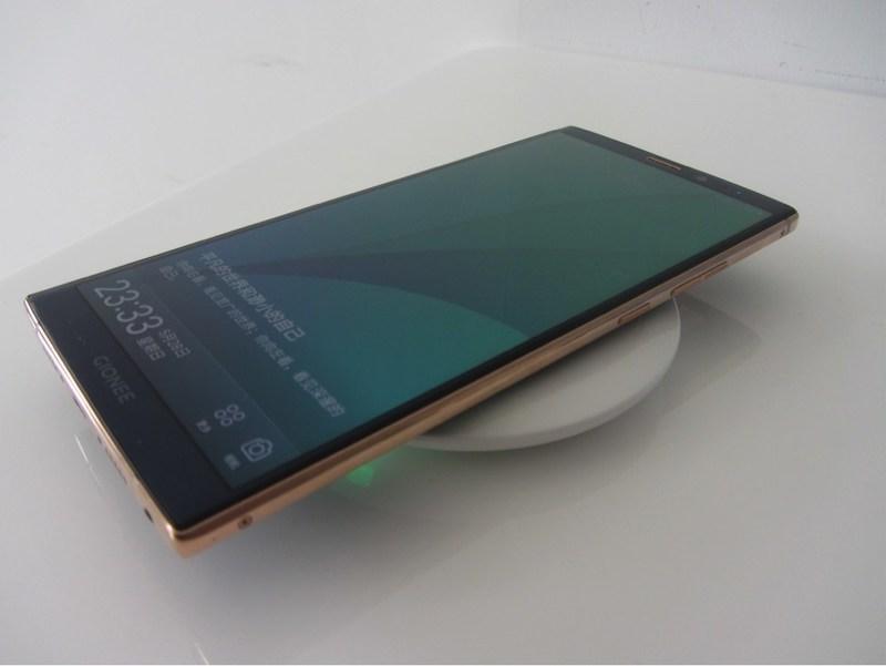 ConvenientPower Systems lance le premier téléphone intelligent au monde à recharge sans fil en Chine avec le M7Plus de Gionee et le socle de recharge sans fil rapide de Gionee (PRNewsfoto/ConvenientPower Systems)