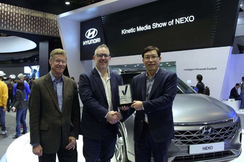Ki Sang Lee and Michael O'Brien accept the Reviewed.com Trophy at CES
