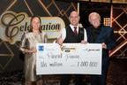 Le gagnant de 1 000 000 $, M. Pascal Dionne, est entouré de Mme Isabelle Jean, présidente des opérations – Loteries à Loto-Québec, et de M. Yves Corbeil. (Groupe CNW/Loto-Québec)