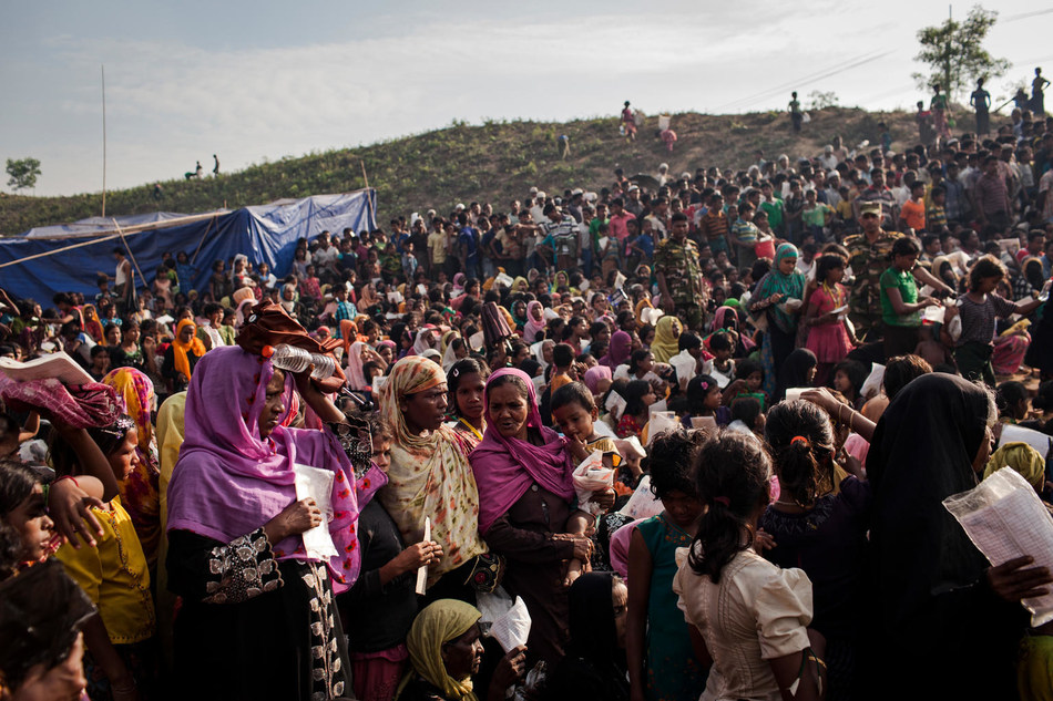 Thousands of Rohingya refugees queue for aid at a distribution point located within the Balukhali refugee camp, Cox's Bazar, Bangladesh, Friday 17 November 2017. © UNICEF/UN0147304/Brown (CNW Group/UNICEF Canada)