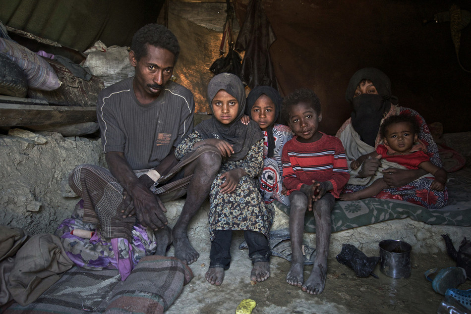 Ayoub Ali (left), his wife Juma'a (right) and their four children, who are internally displaced, sit in their tent in the Khamir IDP settlement, Amran Governorate, Yemen, Friday 14 April 2017. © UNICEF/UN073960/Clarke for UNOCHA (CNW Group/UNICEF Canada)