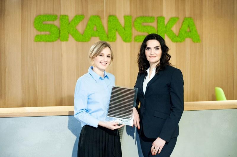 Olga Malinkiewicz (left), co-founder and CTO at Saule Technologies and Katarzyna Zawodna (right), CEO of Skanska's commercial development business in CEE, with a perovskite solar module. (PRNewsFoto/Skanska Commercial Development)