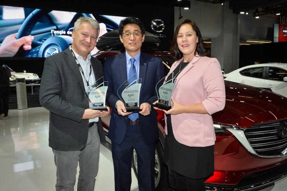 Masaharu Kondo, président, Mazda Canada, accepte trois prix de l'AJAC de Mark Richardson, président de l'AJAC (à gauche) et Stephanie Wallcraft, vice-présidente de l'AJAC (à droite). (Groupe CNW/Mazda Canada Inc.)