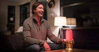 Wayne Gretzky et Budweiser s'associent pour rallier la nation et ramener l'or avec la toute nouvelle lumière de but synchronisée dorée Wayne Gretzky, offerte en édition limitée (Groupe CNW/Budweiser Canada)