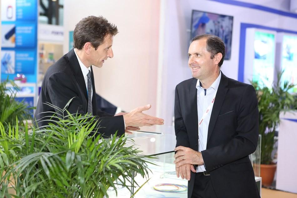 Visitor and exhibitor chatting at Medtec China 2017