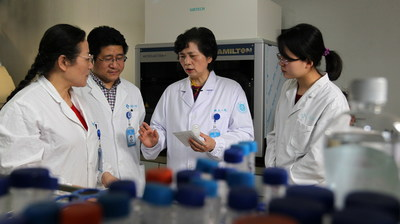 Professor Li Lanjuan discusses research with her team.