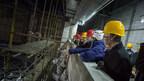 Hangzhou (Chine), le 24 janvier 2018. – Lors d'une mission économique en Chine, le premier ministre, Philippe Couillard, et le ministre Stéphane Billette ont visité le chantier du théâtre de Hangzhou XinTianDi, qui accueillera le premier spectacle permanent du Cirque du Soleil en Chine. (Groupe CNW/Cabinet du premier ministre)