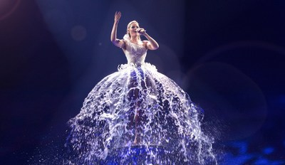 Helene Fischer challenged 45 DEGREES to come up with an imaginative and never-before-seen way to incorporate water into the performance. The result is a truly original work of art and an enchanting moment in the show: a dress made out of actual, flowing water. (CNW Group/45 DEGREES)