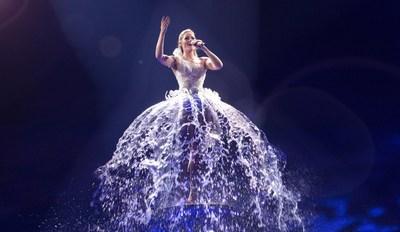 Helene Fischer a mis 45 DEGREES au défi de trouver un moyen imaginatif et inédit d'intégrer de l'eau dans le spectacle. Le résultat est une œuvre d'art tout à fait originale et un moment enchanteur du spectacle : une robe confectionnée à partir d'eau mouvante véritable. (Groupe CNW/45 DEGREES)