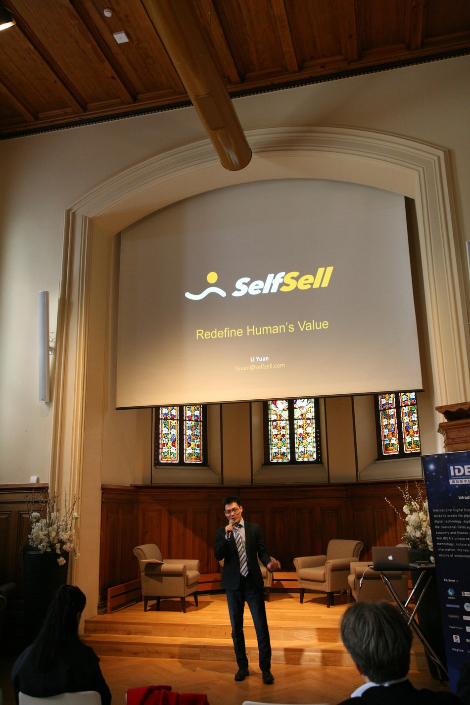 """SelfSell founder Li Yuan explaining """"SelfSell"""" investment concept to the audience"""