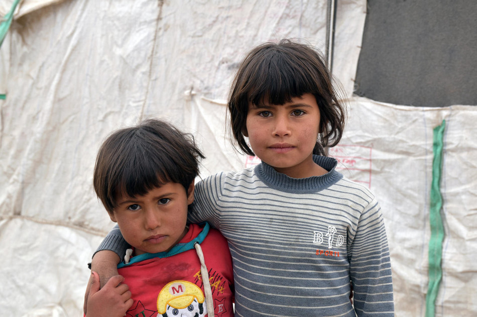 Haya, 3, (left) and Sabeen, 5, (right) outside the shelter where they live in Syria. ©UNICEF/UN0154715/Donnell (CNW Group/UNICEF Canada)