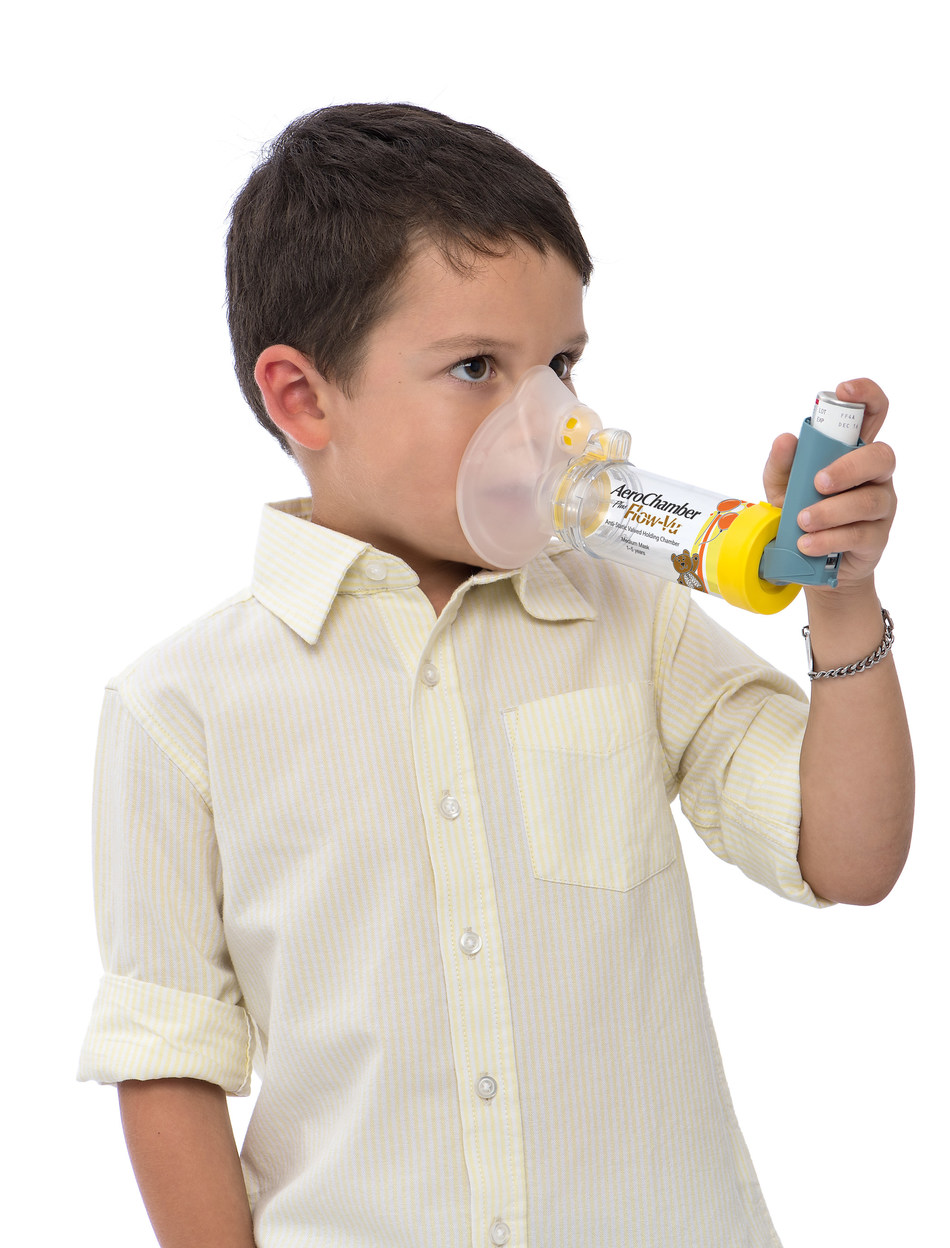 Child using the AeroChamber Plus® Flow-Vu® chamber for children 1-5 years old (CNW Group/Trudell Medical International)