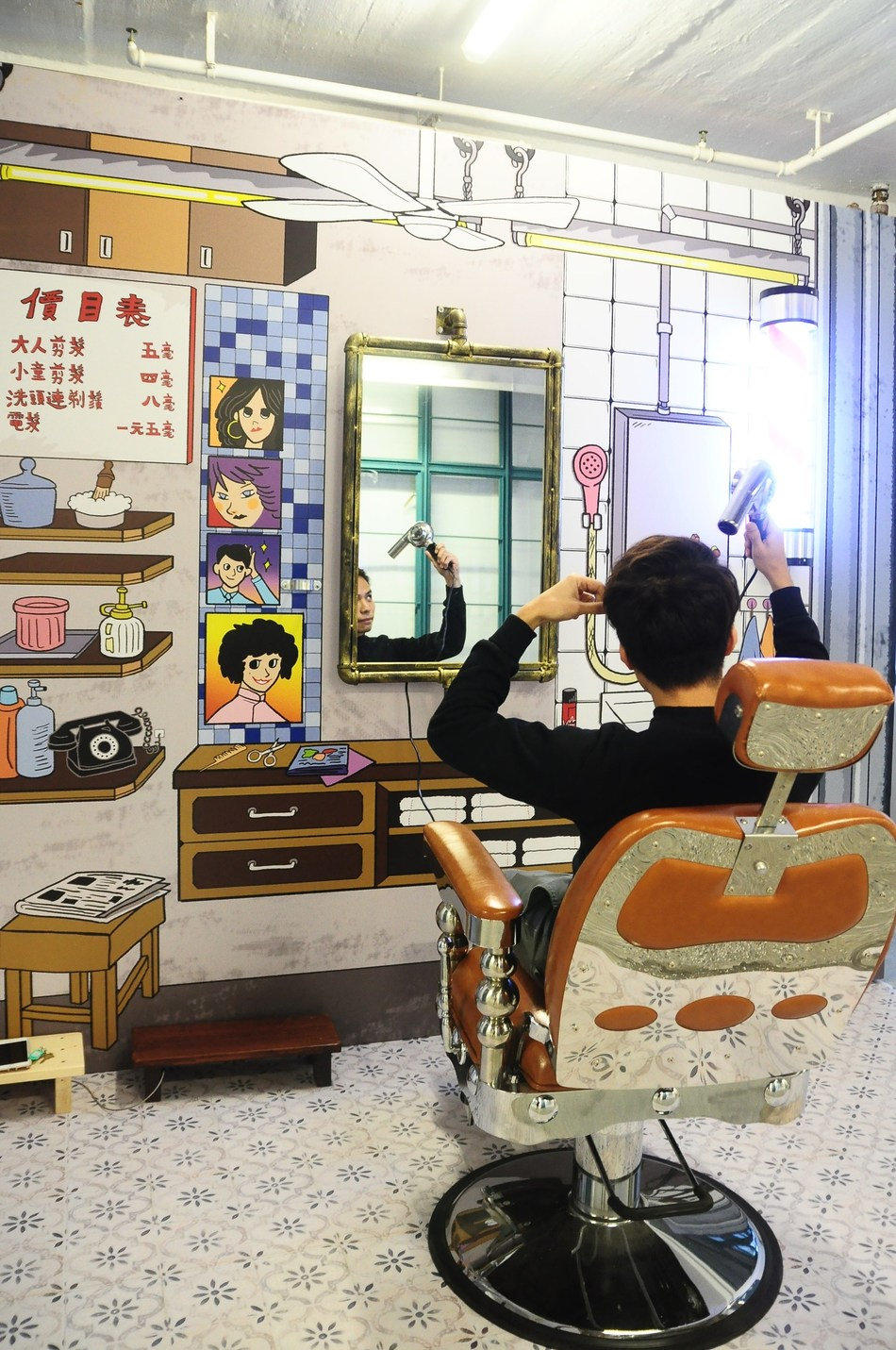 Traditional Barber Stall: Tri-coloured barber poles, silver stainless steel scissors, high-back leather barber chair… all of these were once the symbols of traditional hair salons. These traditional barber stalls are progressively replaced by modern hair salons and are no longer a familiar sight in Central. This exhibition brings the traditional barber stall back to life and allows visitors to step back into the decade.