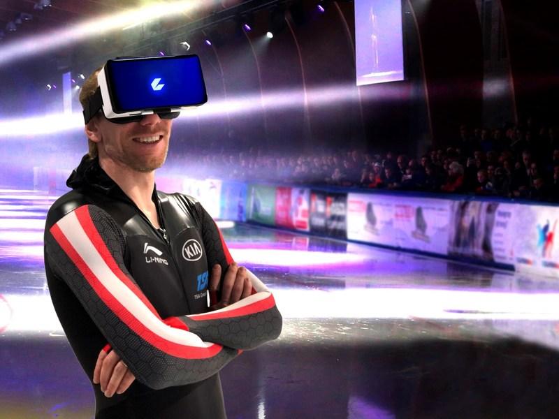 World record holder Ted-Jan Bloemen in CEEK virtual reality headset (CNW Group/CEEK VR, Inc.)