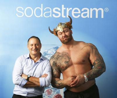 O CEO da SodaStream, Daniel Birnbaum, e a estrela de Game of Thrones, Thor Bjornsson
