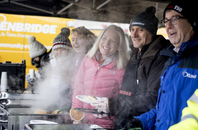MP Karen McCrimmon, Minister Catherine McKenna,  Enbridge's Jim Sanders and Mayor Jim Watson serve hundreds of pancakes at the 14th Annual Enbridge Winterlude Pancake Breakfast at Marion Dewar Plaza. (CNW Group/Enbridge Gas Distribution)