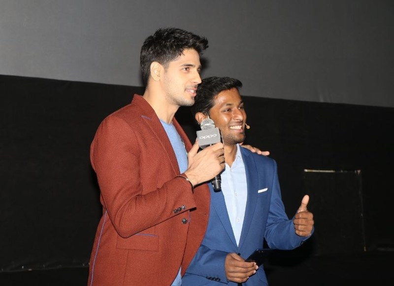 Mr. Sidharth Malhotra with Mr. Jithin Abraham, Product Manager OPPO India (PRNewsfoto/OPPO)