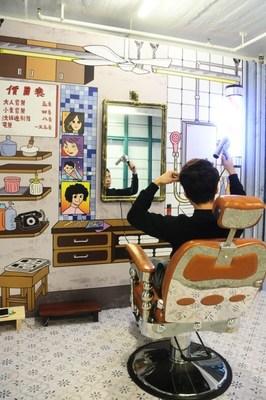 Fauteuil traditionnel du coiffeur : les poteaux tricolores du coiffeur, les ciseaux argentés en acier inoxydable, le fauteuil à dossier haut en cuivre du coiffeur, tous ces aspects étaient autrefois un symbole des fauteuils traditionnels du coiffeur. Ces fauteuils traditionnels du coiffeur sont progressivement remplacés par des fauteuils modernes de salon de coiffure et ne sont plus des objets familiers à voir dans la région Central. Cette exposition redonne vie au fauteuil traditionnel du coiffeur et permet aux visiteurs de faire un retour en arrière dans cette décennie.