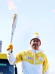 Ding Shizhong, président du conseil d'ANTA Sports, porte la flamme des Jeux Olympiques. (PRNewsfoto/ANTA Sports)