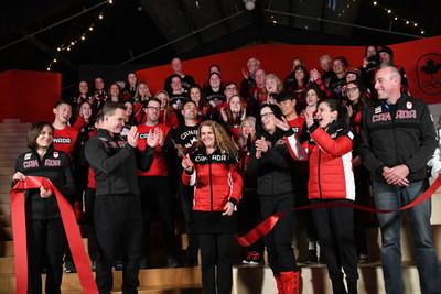 L'honorable Kirsty Duncan, ministre des Sciences et ministre des Sports et des Personnes handicapées, est accompagnée de Son Excellence la très honorable Julie Payette et des membres d'Équipe Canada à l'occasion de la cérémonie de lever du drapeau au village olympique côtier, à PyeongChang. (Groupe CNW/Patrimoine canadien)