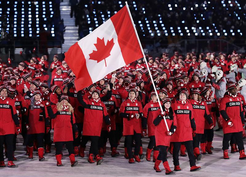 Les athlètes canadiens dévoilent la tenue officielle d'Équipe Canada, signée La Baie d'Hudson, lors de la cérémonie d'ouverture des Jeux olympiques d'hiver de PyeongChang. (Groupe CNW/la Baie d'Hudson)