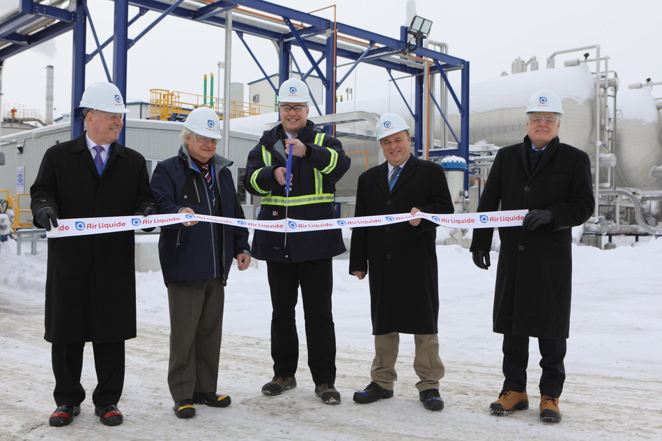 From left to right : Gord Brown, MP for Leeds-Grenville-Thousand Islands and Rideau Lakes; Pat Sayeau, Mayor, Township of Edwardsburgh/Cardinal; Bertrand Masselot, President and CEO, Air Liquide Canada; Steve Clark, MPP for Leeds-Grenville; Ross Fuller, Vice-President, Process Industries, Air Liquide Canada (CNW Group/Air Liquide Canada)