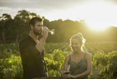Chris Hemsworth et Elsa Pataky dégustant un verre de Jacob's Creek Double Barrel dans le vignoble de la vallée Barossa. Crédit photo : Cristian Prieto (PRNewsfoto/Jacob's Creek)