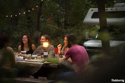 Outdoorsy profite de la nouvelle tendance en tourisme en créant un troisième type d'hébergement, l'hébergement mobile. Ses utilisateurs ont plus de choix que jamais et peuvent découvrir des endroits où les sites d'échange de maison et de réservation d'hôtels ne peuvent pas les emmener.