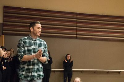 Blake McGrath, chorégraphe, danseur et chanteur canadien de renom, aide Alyssa, Westjet et la Fondation David Foster à surprendre les membres de la troupe de danse d'Alyssa à l'occasion de la Saint-Valentin. (Groupe CNW/WESTJET, an Alberta Partnership)