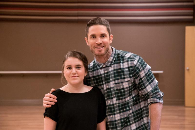 Blake McGrath, chorégraphe, danseur et chanteur canadien de renom, aide Alyssa à surprendre les membres de sa troupe de danse à l'occasion de la Saint-Valentin. (Groupe CNW/WESTJET, an Alberta Partnership)