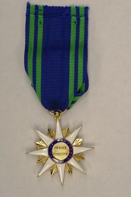 Saint-Pierre et Miquelon, le 2 février 2018. - La médaille de l'Ordre du Mérite Maritime français remise au ministre délégué aux Affaires maritimes, M. Jean D'Amour. (Groupe CNW/Cabinet du ministre délégué aux Affaires maritimes)