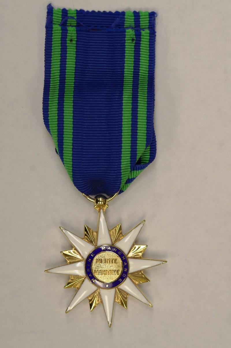 Saint-Pierre et Miquelon, le 2 février 2018. – La médaille de l'Ordre du Mérite Maritime français remise au ministre délégué aux Affaires maritimes, M. Jean D'Amour. (Groupe CNW/Cabinet du ministre délégué aux Affaires maritimes)