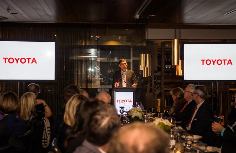 Larry Hutchinson, président et chef de la direction de Toyota Canada Inc., s'adresse à des parties prenantes de l'industrie automobile canadienne (Groupe CNW/Toyota Canada Inc.)