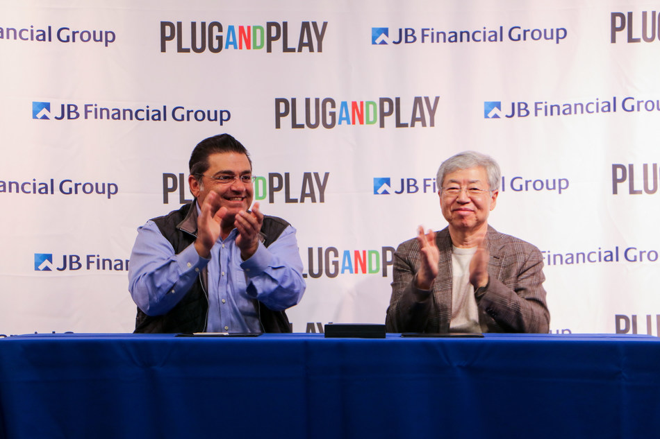 Plug and Play Founder and CEO Mr. Saeed Amidi and JB Financial Group Chairman Mr. Han Kim at the partnership signing ceremony in Silicon Valley.