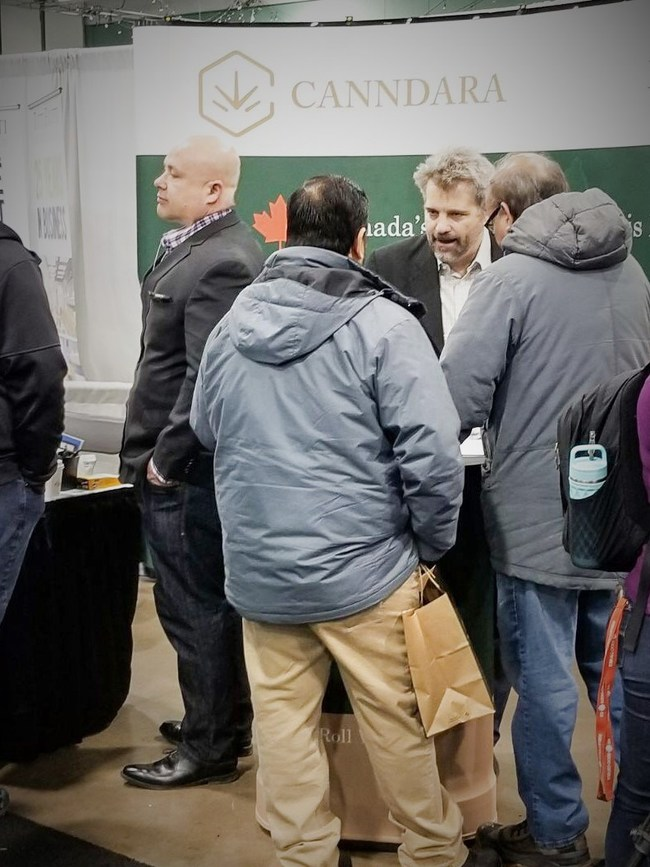 Founder Tom Doran and CEO John Radostits discuss the Canndara Cannabis Retail Franchise concept with an enthusiastic crowd at the Canadian Franchise Show in Calgary (CNW Group/Canndara)